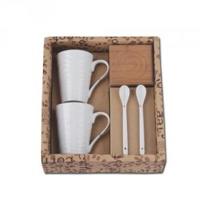 weisses Tassen-Set aus Porzellan mit Loeffel Holzuntersetzer