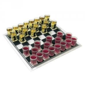 Schachspiel aus Glas mit Gläsern